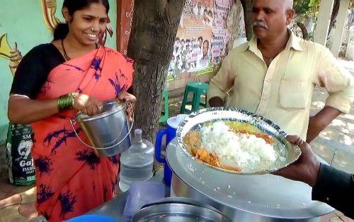 看看印度女人怎么做快餐生意?只要5元1份,太便宜了