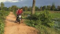 男孩骑摩托车带女友在路上发现条巨蛇,女孩突然下车去抓蛇