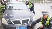 路边停车怎样才能不被贴罚单?看完老司机的做法,交警都无奈了