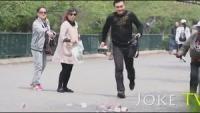 街头测试:在大街上撒钱,路人会去捡吗?看看国人的品德