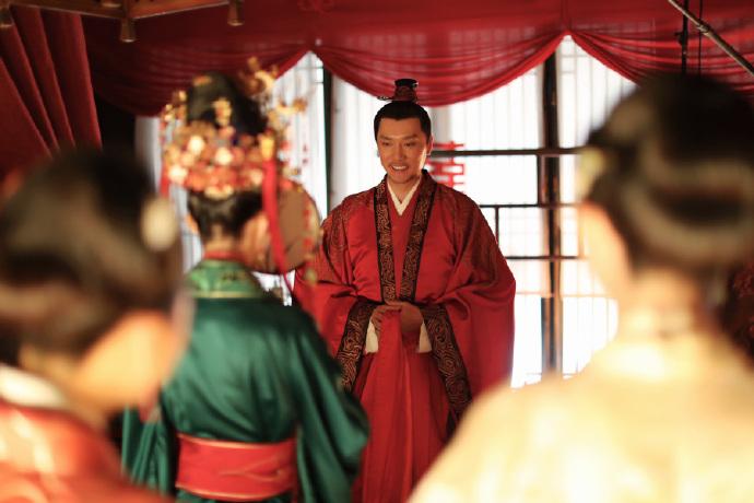赵丽颖首谈与冯绍峰婚后生活,在事业高峰生娃不后悔