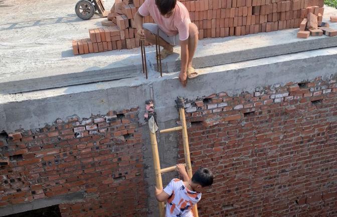 小飞中午在房顶干活,新仔也要爬上去帮忙,爬到一半腿新仔腿发软