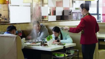搭错车关晓彤去吃饭,有人调戏,而且还骂哑巴父亲,上去就是一巴掌