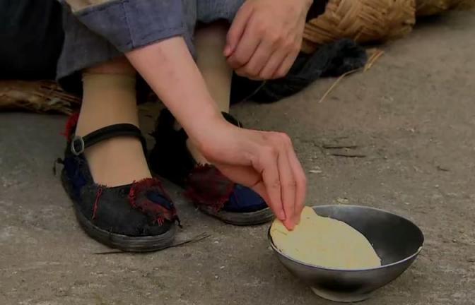 单身母亲房屋被烧,被迫参加间谍行动变成乞丐在路边要饭