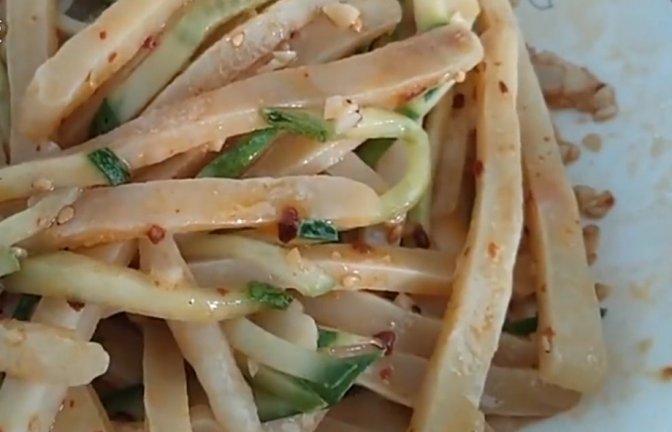 教你在家用面粉做好吃的面食,上火蒸10分钟就能出锅,香辣开胃