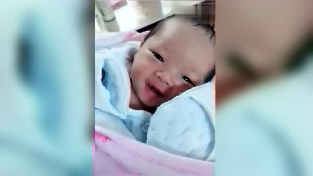 才出生没几天的宝宝一逗就笑,太有灵性了