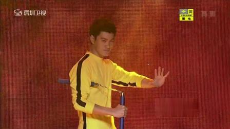 李小龙的模仿者陈国坤一出场、一套双截棍, 脚劈木板的表演, 让Rain直接认成李小龙来了