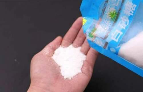 把白糖倒在手心上,真太聪明了,用途花钱买不到,看完回家试试