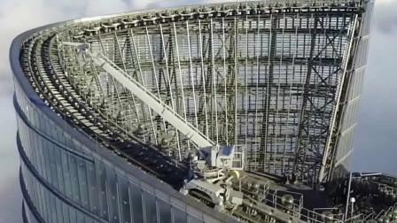 流浪地球中倒塌的大厦是什么呢?