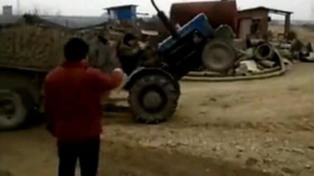 农村小伙开拖拉机,笑掉牙