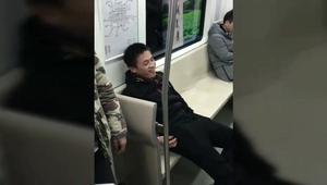 不就是抢个座位吗?至于这样做吗
