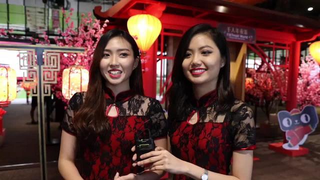 天猫在马来西亚举办的千人年夜饭,还邀请了马来西亚籍歌手光良现场演唱《第一次》、《童话》等歌曲,气氛动人。同时还一起回忆了网上购物的经历。段友们能发现国内国外淘宝买家有什么不一样吗?