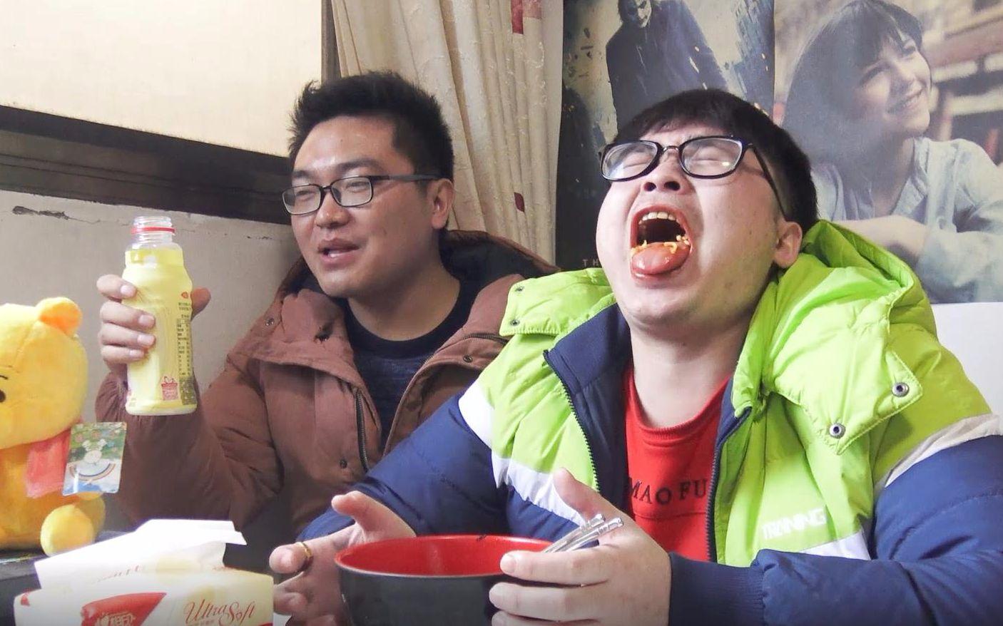 小伙挑战吃双倍核弹火鸡面,没想到最后可把小伙辣坏了