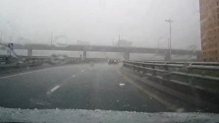 下雨天回家路上, 突然下起冰雹, 被我的大众凌渡记录仪拍下心疼画面