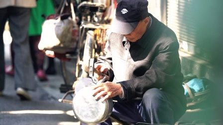 八旬爷爷每天推着上百斤行头走3万多步只为了修一口锅,他是长沙最后的修锅匠