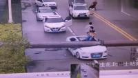 奥迪A4L等红灯被电线杆压扁,车主从天窗爬了出来,真是大难不死