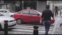 此路人给了停在斑马线上红色小车 永生难忘的教训!