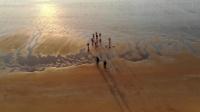 青岛银沙滩 搏击寒浪的冬之勇者