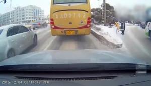 大客车过分了啊!一车的乘客,有没有考虑过乘客的安全!