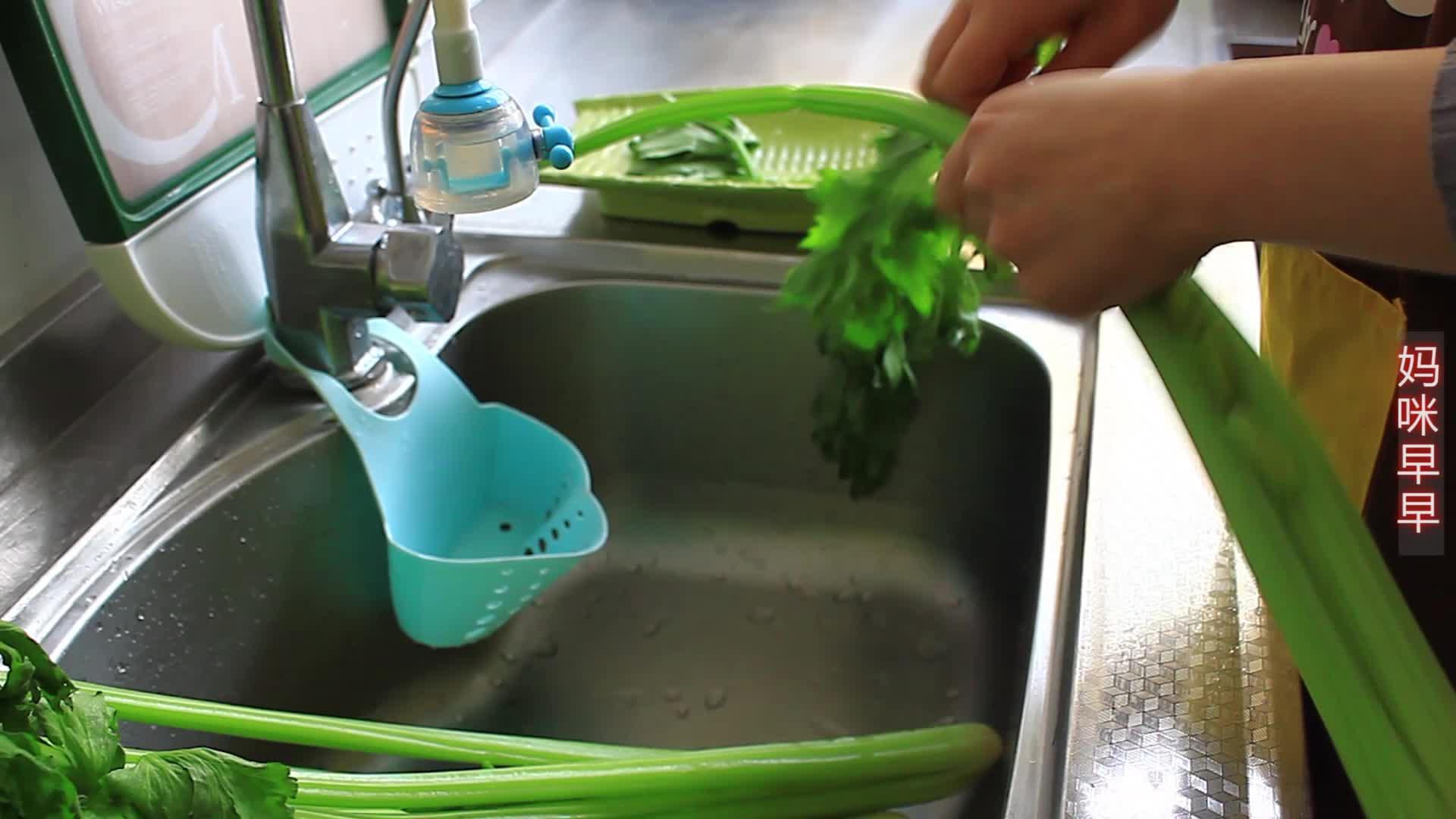 终于找到芹菜最好吃的做法了,又香又脆天天吃都不腻,一次做3斤