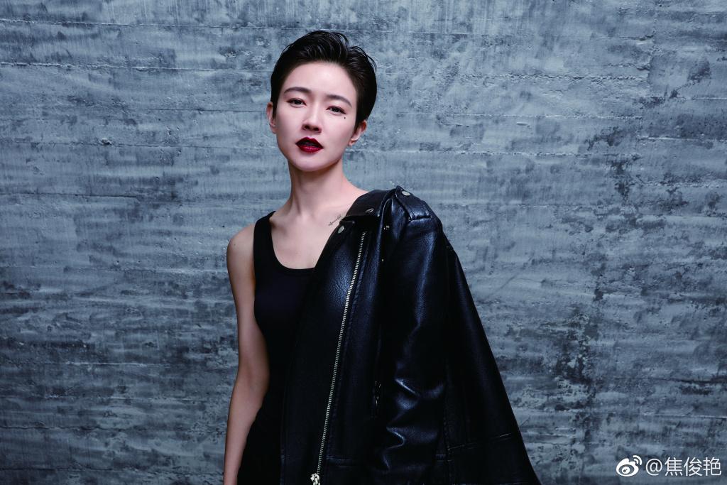 焦俊艳晒10周年同学聚会合影,和杨幂张小斐竟然是同学