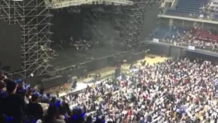 张杰演唱会结束那刻粉丝不愿散场,做出感人的举动