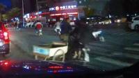 大爷三轮车闯红灯被电动车撞,不认错还责怪他人,谁料碰上硬茬了