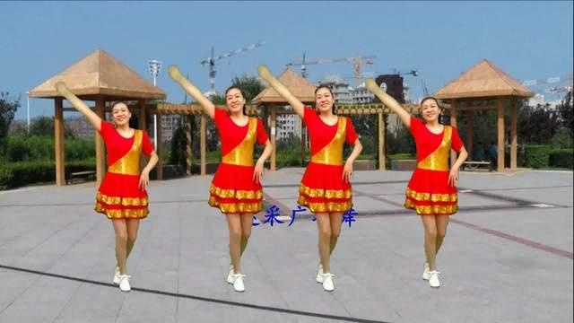 大众广场舞《红枣树》柔美的舞步 好听的音乐 广场上都在跳