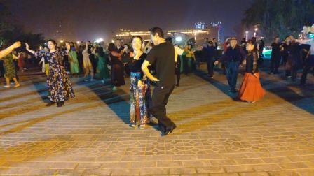 库尔勒周末的南湖广场,龙的传人帅哥与云彩红了共舞