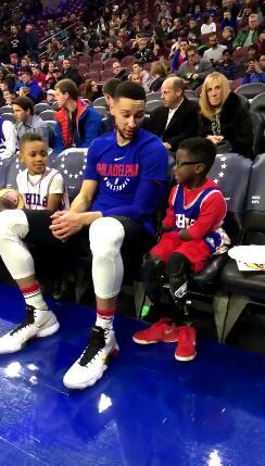 西蒙斯和断臂小球迷聊天 这位大哥哥相当暖心