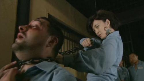 枪花:女重犯关进男监狱,狱霸被她收拾惨,她成了新的监狱霸王花