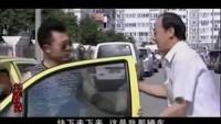 小伙开车把车开丢了,大街上见长一样车就拦,让人下来说是自己车
