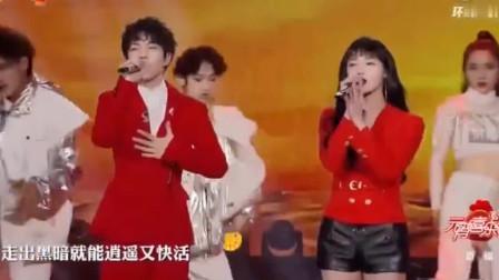 湖南卫视元宵节晚会钱正昊、周洁琼合唱歌曲《沙漠骆驼》