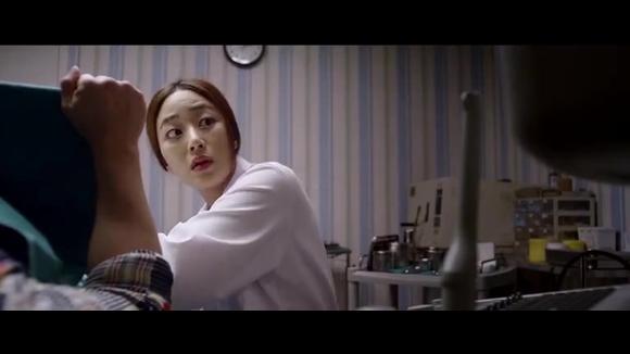 美女医生正在给大叔做男科检查,男朋友闯了进来