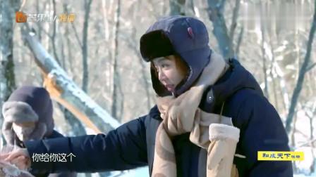 野生厨房:大家在河里捞雪蛤,姜妍主动帮林彦俊戴手套,好暖心!