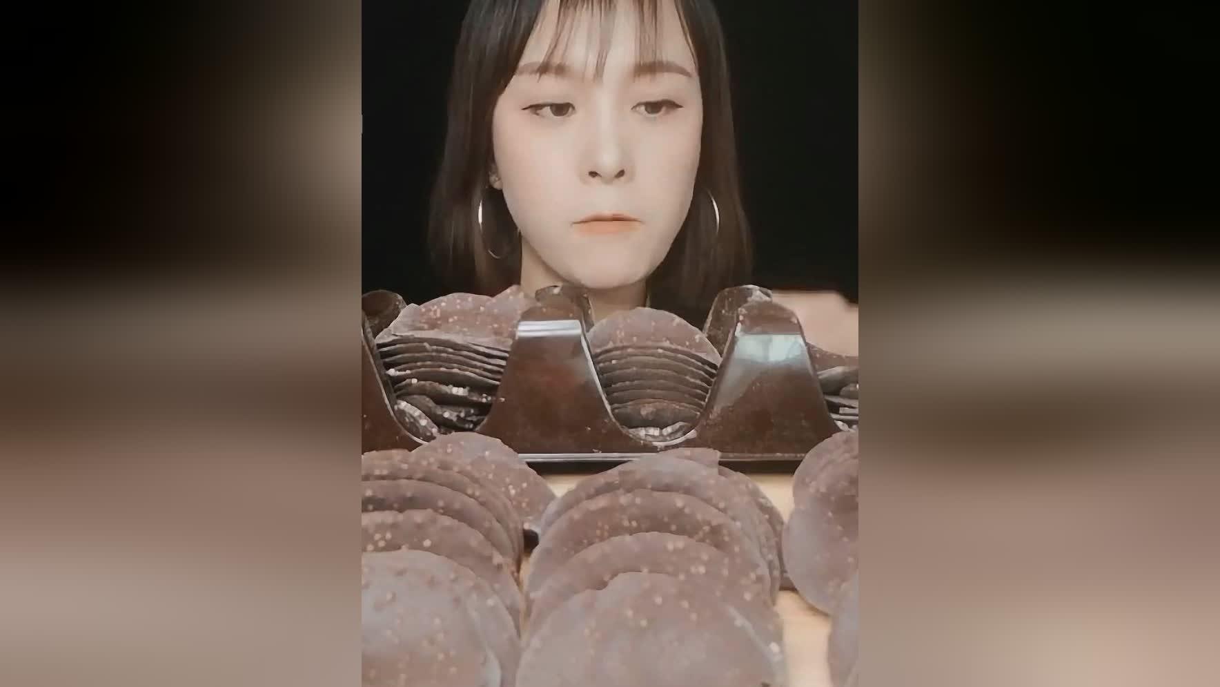 不一样的巧克力薯片,女孩都爱吃的甜品,听这声音脆脆的