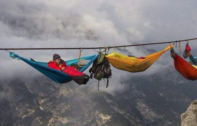 世界最危险的聚会数百人齐聚山巅 靠一根吊索在空中度过5天