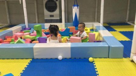 宝宝游乐园 宝宝巴士玩具总动员 萌娃和姐姐一起搭积木视频玩荡秋千 北美玩具