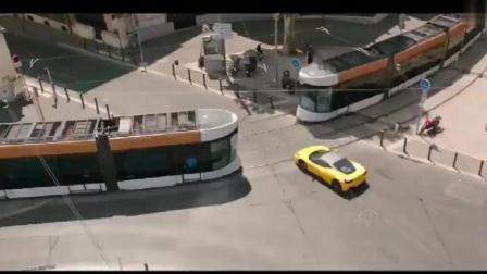 《的士速递5》正片片段:这家伙又开着出租车去虐法拉利了……