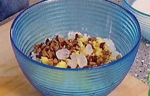 米饭新吃法,不加一滴水,加点牛奶和红枣,出锅孩子拿肉都不换
