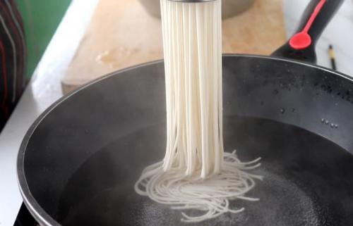 纯手工制作红薯凉粉、酸辣粉做法,没有任何添加剂,吃着更放心
