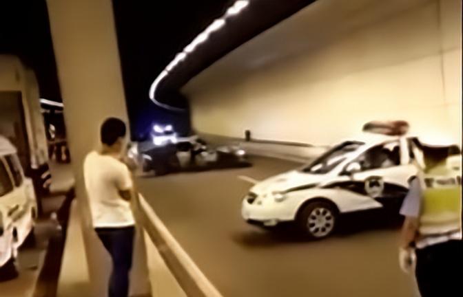 交警:听说你爱漂移,我们看着,继续!