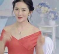 35岁谢娜撞衫30岁杨幂,一个如少女一个像大妈?!