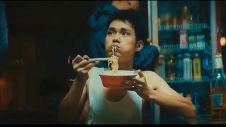 新喜剧之王渣男吃着泡面,看到电视上的如梦获奖,一脸的不可思议。