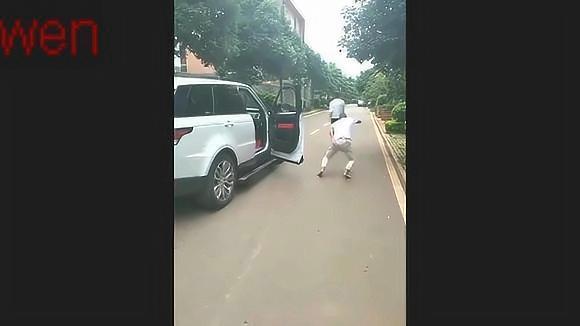 搞笑视频:恶搞整蛊路人,小伙子你不怕被打啊