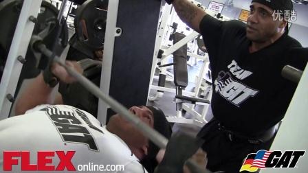 大雷米与丹尼斯·詹姆斯搭档训练胸肌