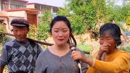 农村女孩给爷爷奶奶唱歌,没想到刚一开嗓,就把我惊艳到了!