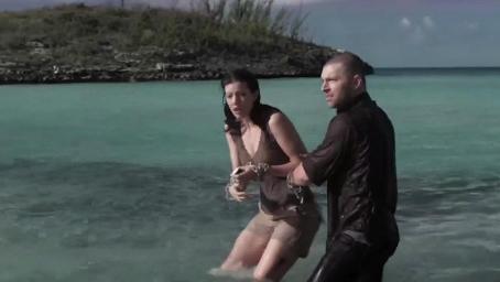 美女们被囚禁在孤岛,不仅要面临鲨鱼,还有各种难以想象的折磨!