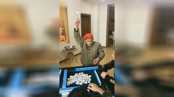 大哥,人家打麻将是玩,你这打麻将是要搭上命啊,一般人真比不过