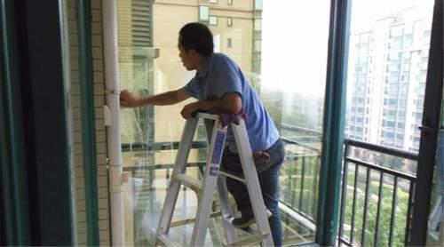 窗户外侧玻璃灰尘多,跟家政阿姨学一招,玻璃干净又明亮,试一试